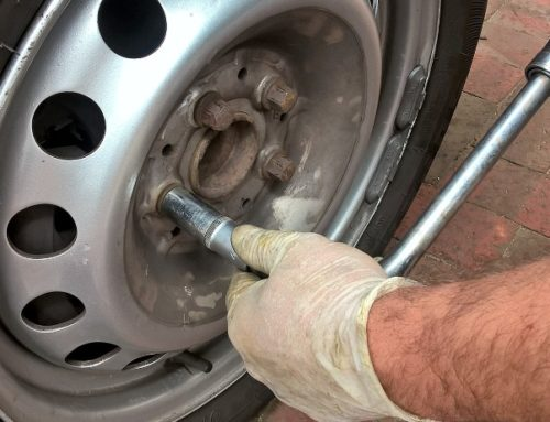 Autofahrer muss Schrauben nach Reifenwechsel überprüfen